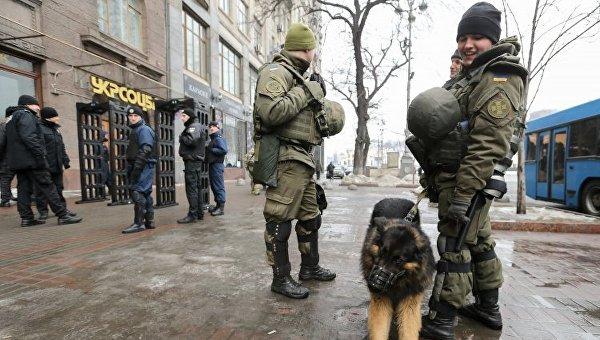 Участники веча намайдане атаковали сооружение «Укрэнерго» сшашками ипетардами