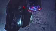 В Лос-Анджелесе из-за шторма два автомобиля ушли под асфальт. Видео