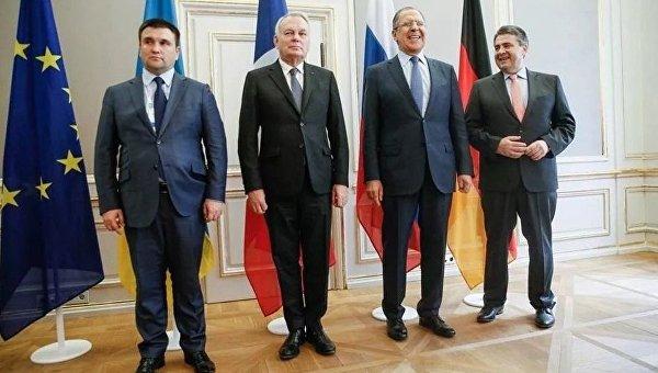 Над главой МИД Украины посмеялись закостюм непоразмеру
