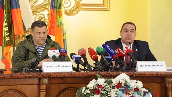 Пресс-конференция Захарченко и Плотницкого проходила под тремя знаменами - ДНР, ЛНР и России.