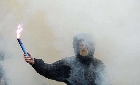 Файеры и дымовые шашки под Верховной Радой во время Марша нацдостоинства