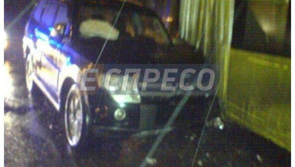 ВКиеве «Mitsubishi Pajero» протаранила троллейбус спассажирами