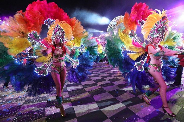 Буйство красок карнавала в Ницце: яркие девушки и гигантский Трамп
