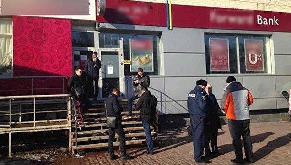 ВКиеве случилось вооруженное ограбление банка: появились фото сместа событий