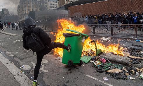 Столкновения демонстрантов с полицией в связи с насилием над мигрантами