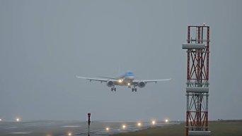 Посадка самолетов во время ураганного ветра в аэропорту Лидс-Брадфорд. Видео