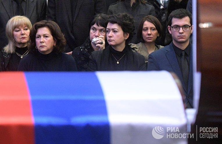 Вдова В.Чуркина Ирина Чуркина (вторая слева), дочь, журналист телеканала Russia Today Анастасия Чуркина (в центре) и сын В.Чуркина Максим