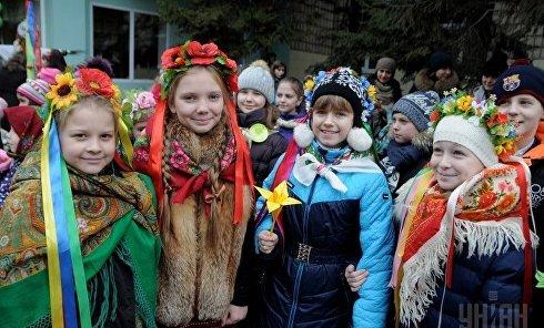 Школьники празднуют Масленицу в Киеве