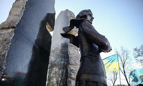 В Киеве открыли памятник Елене Телиге