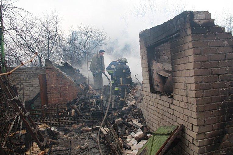 Горящие после обстрела дома Авдеевки