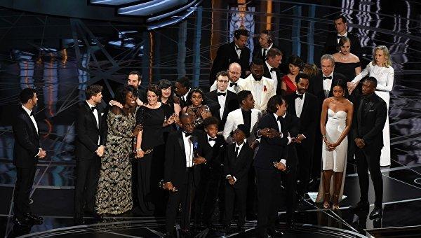 Режиссер фильма Лунный свет Барри Дженкинс с актерами во время вручения Оскара