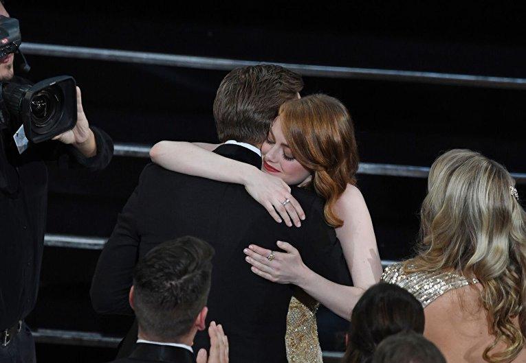 Победительница в номинации Лучшая актриса Эмма Стоун обнимает актера Райана Гослинга