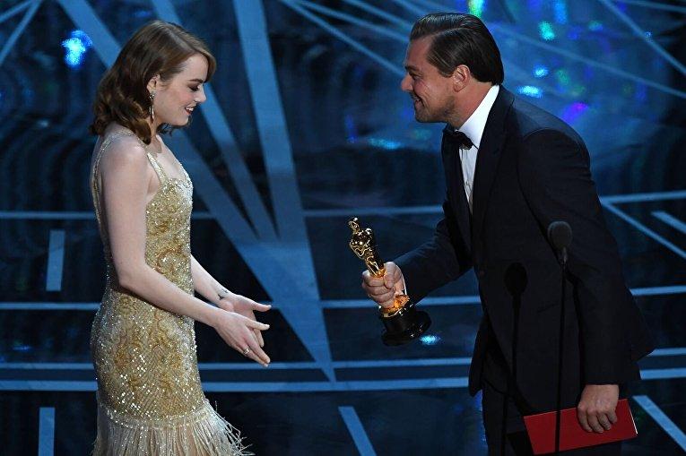 Актер Леонардо Ди Каприо вручает Оскар Эмме Стоун в номинации Лучшая актриса