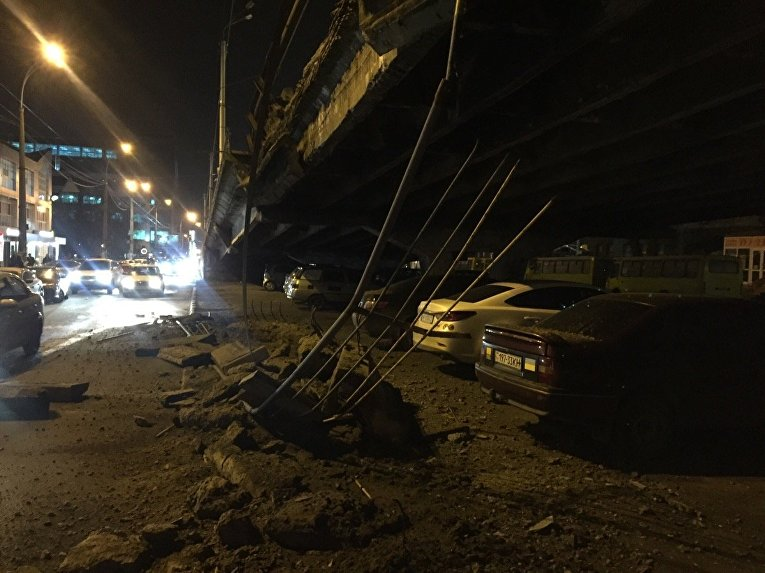 В Киеве частично обрушился мост на Шулявском путепроводе