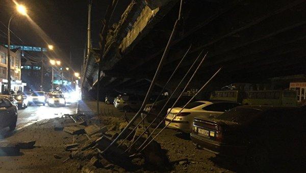 В Киеве обрушился аварийный мост на Шулявском путепроводе