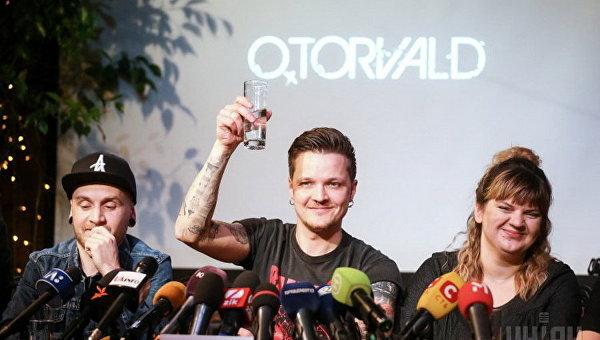 Лидер группы O. Torvald Евгений Галич и PR-менеджер группы Ольга Черткова во время пресс-конференции победителей Национального отбора Евровидение 2017
