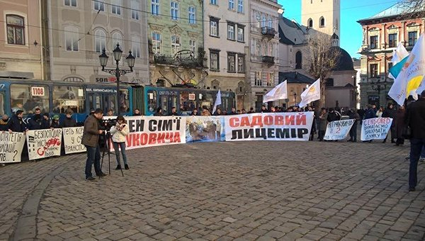 Во Львове пикетируют здание горсовета
