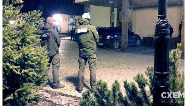Детективы НАБУ и прокурор САП приехали к Роману Насирову в Феофанию