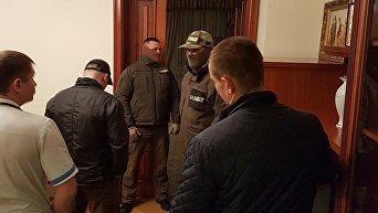 Вручение подозрения Роману Насирову детективом НАБУ