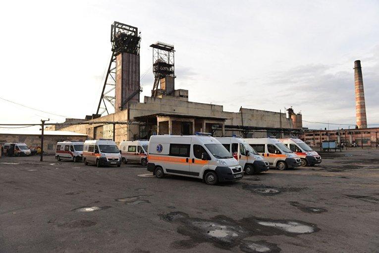 Шахта Степная во Львовской области. Машины скорой помощи