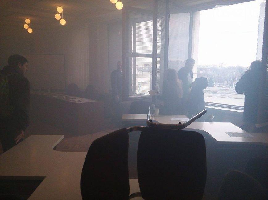 ВСумах обидчик бросил дымовую шашку вмногоэтажном здании горсовета, милиция возбудила дело