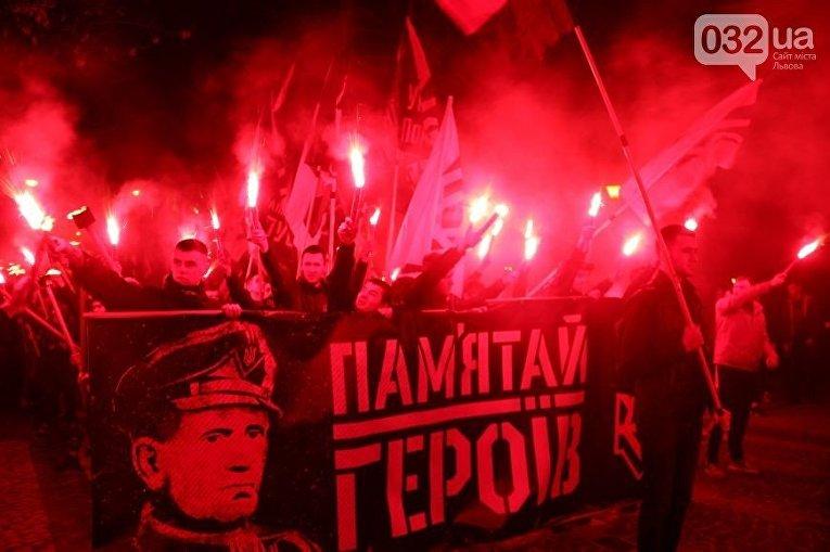 Факельное шествие во Львове в честь Шухевича