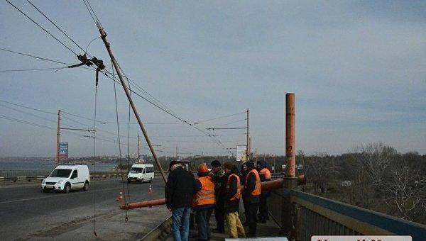В Николаеве на разводном мосту упала опора контактной сети троллейбусов
