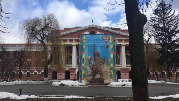 Баннер с изображением Ивана Богуна перед памятником Александру Суворову