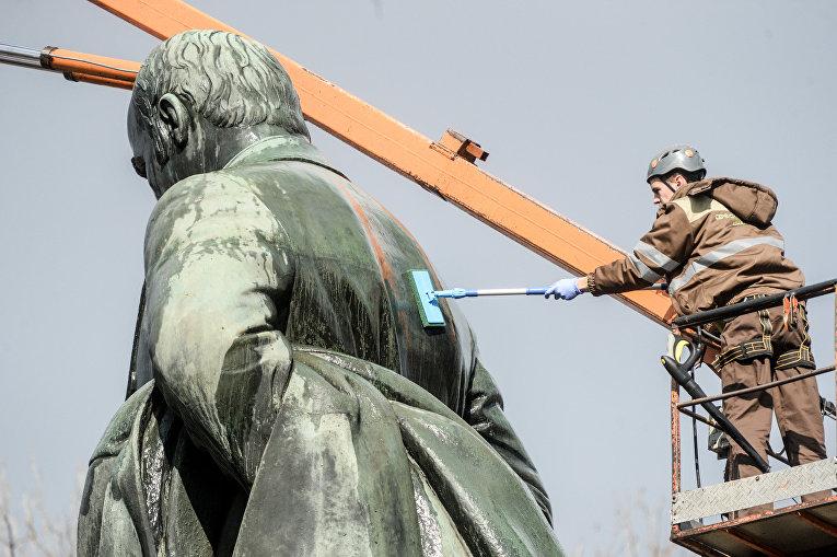 В парке им. Т.Шевченко помыли памятник Кобзарю