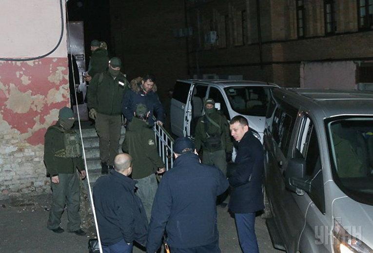 Спецназ НАБУ сопровождает Романа Насирова из зала заседаний Соломенского райсуда после оглашения решения суда об избрании для него меры пресечения