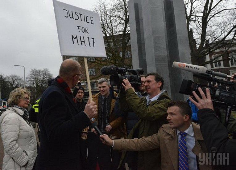 Акция протеста родственников погибших в катастрофе рейса МН17 Малайзийских авиалиний у здания Международного суда ООН в Гааге