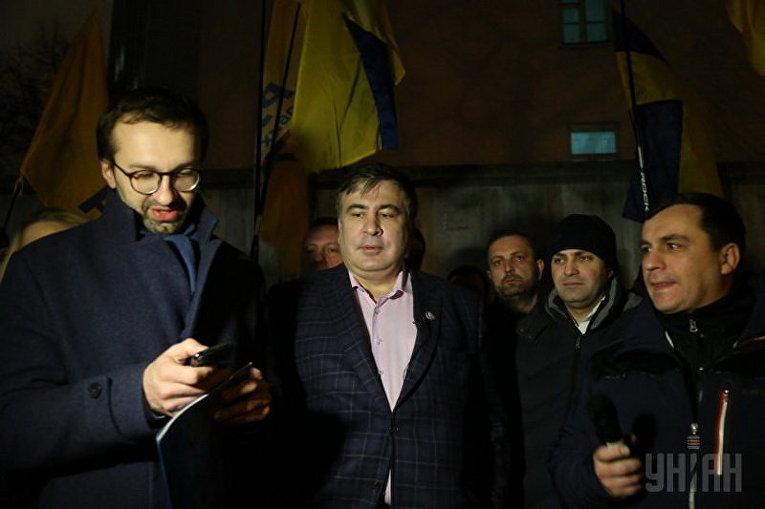 Активисты у здания Соломенского райсуда Киева пытались не допустить побега подозреваемого в злоупотреблении служебным положением главы ГФС Романа Насирова