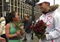 Волонтеры из РФ поздравили лондонских девушек с 8 Марта, подарив им розы