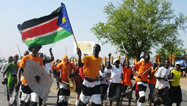 Местные жители во время народных гуляний по поводу независимости Южного Судана