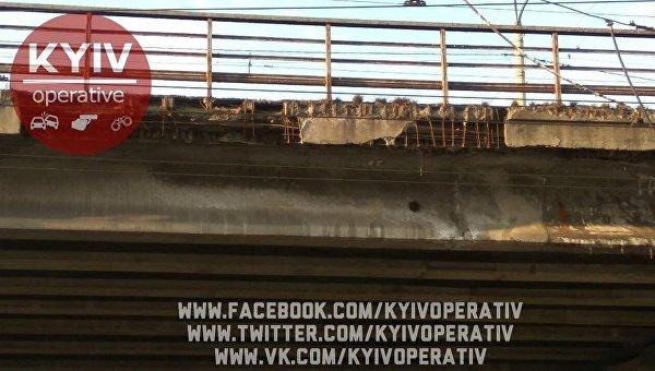 Разрушающийся мост у метро Нивки