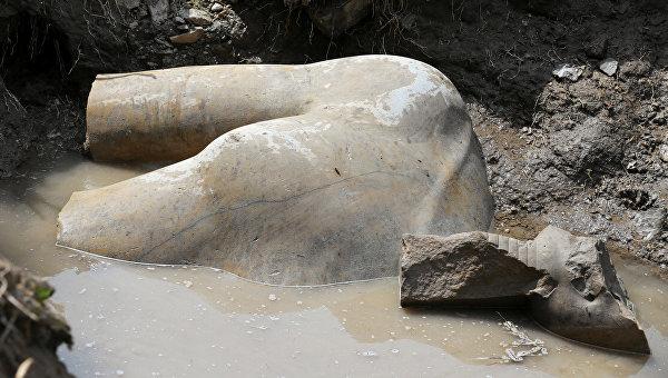 Статуя из кварцита древнеегипетского фараона Рамзеса Второго