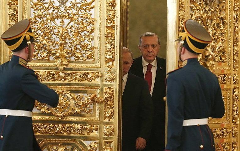 Президент России Владимир Путин и его турецкий коллега Тайип Эрдоган входят в зал во время встречи в Кремле в Москве, Россия