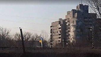 Прямое попадание танкового снаряда в девятиэтажку в Авдеевке. Видео