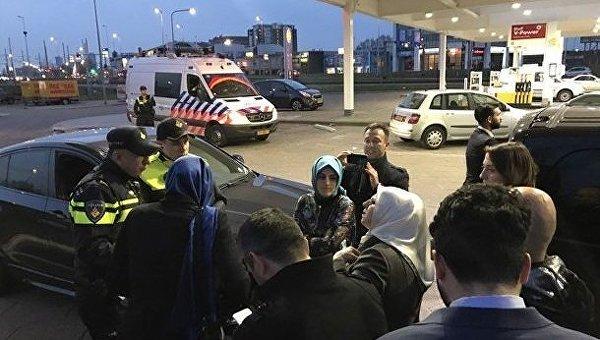 Сотрудники МВД Нидерландов перекрыли дорогу автомобилю министра у резиденции генконсульства Турции в Роттердаме