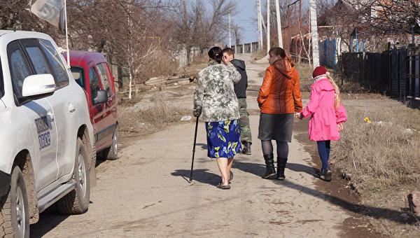 В жилом секторе города Стаханова в ЛНР. Архивное фото