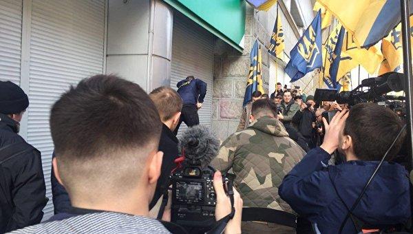 Блокирование отделения Сбербанка бетонными блоками в Киеве