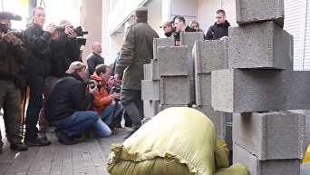 Сбербанк за бетонной стеной: протест Азова в Киеве. Видео
