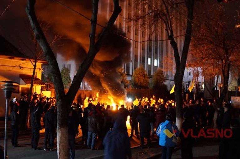 Активисты зажгли автомобильные покрышки под зданием ГУ СБУ в Винницкой области