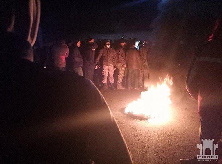 Активисты зажгли шины под Ровенской ОГА