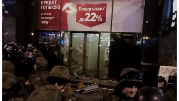 Вцентре украинской столицы громят «Альфа-банк»