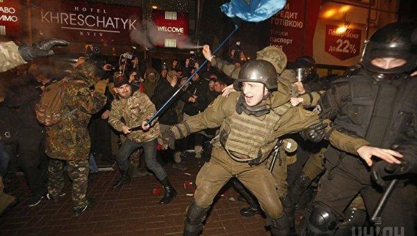 Столкновения во время вече в поддержку блокады в Донбассе на Майдане в Киеве