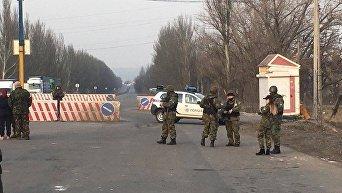 Блокпост силовиков на въезде на неподконтрольную Киеву территорию Донбасса. Архивное фото