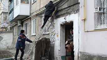 Сотрудники газовой службы ликвидируют последствия обстрела многоквартирного жилого дома в городе Ясиноватая Донецкой области