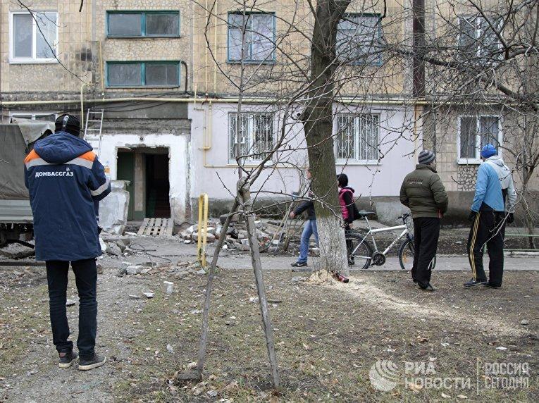 Многоквартирный жилой дом, пострадавший в результате обстрела, в городе Ясиноватая Донецкой области