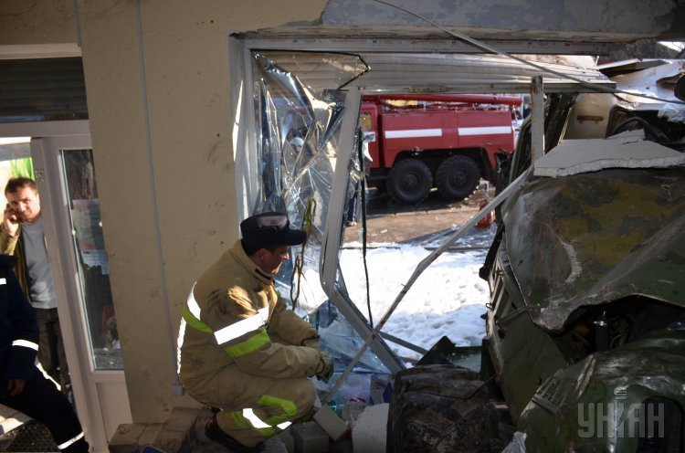 Военный бензовоз врезался в зоомагазин в Николаеве